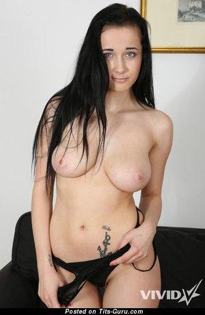 Suzie - фото шикарной раздетой брюнетки с средней натуральной грудью, тату