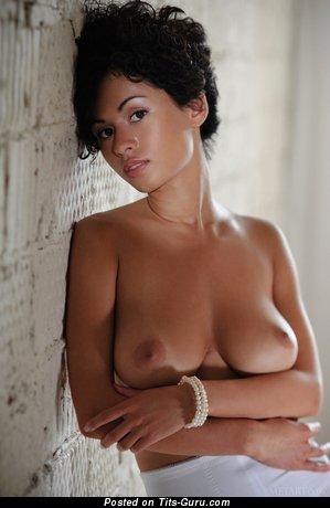 Изображение. Фотка сексуальной раздетой брюнетки с большими натуральными сисечками