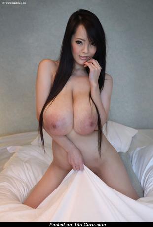 Hitomi Tanaka - картинка невероятной брюнетки азиатки топлесс с большими натуральными сиськами, большими сосками