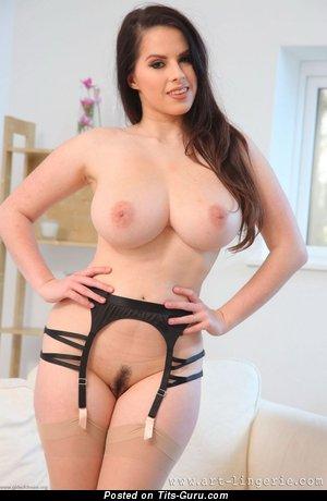 Красотка с обалденной обнажённой немалой грудью (hd эро картинка)