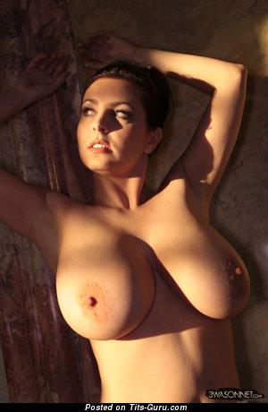 Ewa Sonnet: барышня (Польша) с умопомрачительной оголённой натуральной непомерной грудью (hd эро фотография)