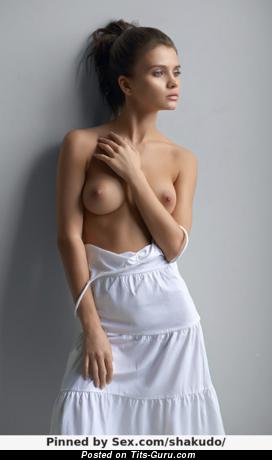 Изображение. Изображение невероятной голой девушки с средними натуральными сиськами