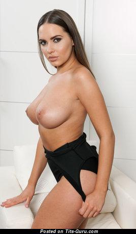 Изображение. Sabine Jemeljanova - фотография умопомрачительной обнажённой девахи с средней натуральной грудью