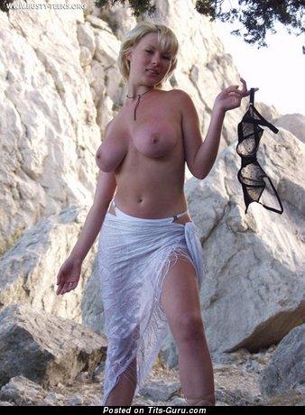 Natasha - изображение невероятной блондинки топлесс с среднего размера натуральными сиськами