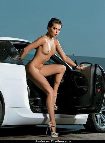 Изображение. Изображение красивой раздетой модели с среднего размера натуральной грудью