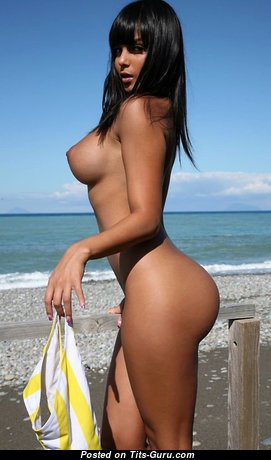 Fine Brunette Babe with Fine Bare Fake Chest on the Beach (18+ Foto)