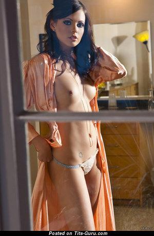 Изображение. Фото горячей голой леди с средней натуральной грудью
