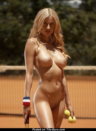 Cute Topless Blonde Babe is Playing Tennis (Sex Foto)