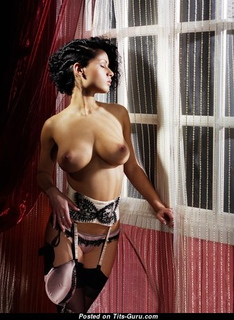 Хорошенькая топлесс брюнетка красотка в нижнем белье раздевается (hd секс фотка)
