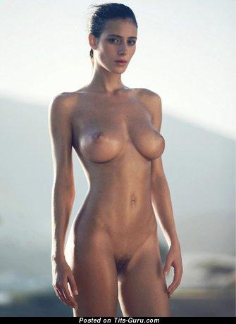 Изображение. Фото сексуальной раздетой чувихи с среднего размера натуральной грудью