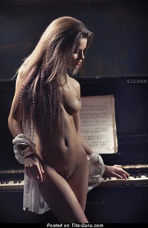Изображение. Фотка сексуальной обнажённой женщины с средними сиськами