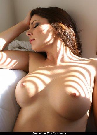 Изображение. Картинка невероятной раздетой леди с большими натуральными дойками