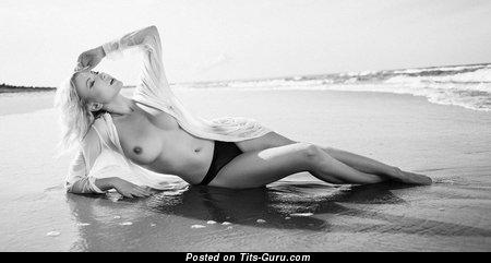 Изображение. Фотка горячей обнажённой девушки с среднего размера натуральными сиськами