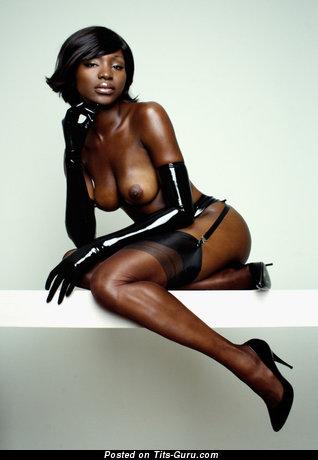 Изображение. Фотка сексуальной обнажённой девушки с среднего размера натуральными дойками