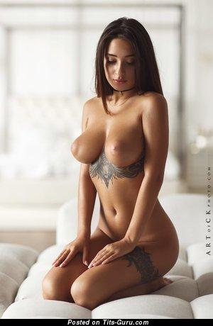 Kristina Shcherbinina: брюнетка с обалденной обнажённой среднего размера грудью и тату (эротическая фотка)