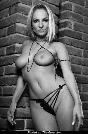 Фотография восхитительной обнажённой девушки с натуральными сиськами