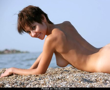 Magnificent Topless Brunette with Magnificent Bare Real Poor Boobys on the Beach (Hd 18+ Foto)