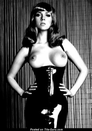 Изображение. Фотография шикарной обнажённой женщины с среднего размера сиськами