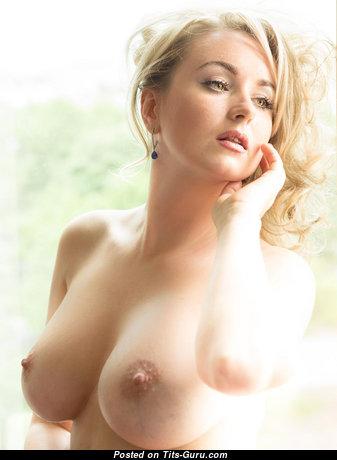 Фотка восхитительной голой девушки с большими дойками