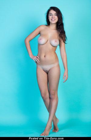 Изображение. Evita Lima - фотка умопомрачительной брюнетки топлесс с средними натуральными сиськами