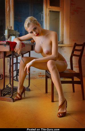 Изображение восхитительной голой девушки с большими натуральными сиськами