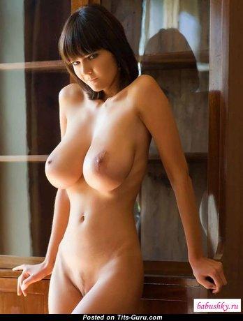 Брюнетка с офигенным оголённым натуральным выдающимся бюстом (порно изображение)