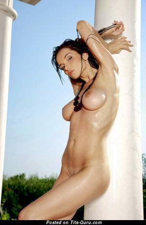 Изображение. Фото шикарной голой модели с средними сиськами