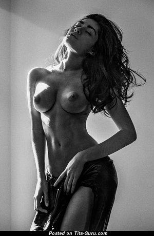 Красотка с классной голой средней грудью (hd порно фотография)