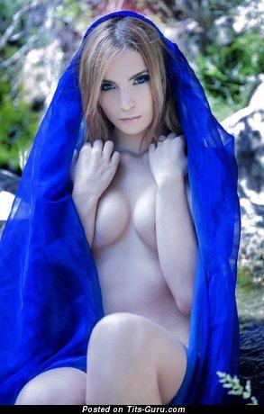 Изображение. Картинка сексуальной обнажённой женщины с среднего размера сисечками