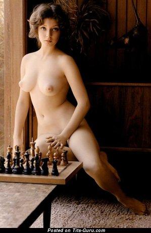 Изображение. Фотка красивой обнажённой леди с среднего размера дойками