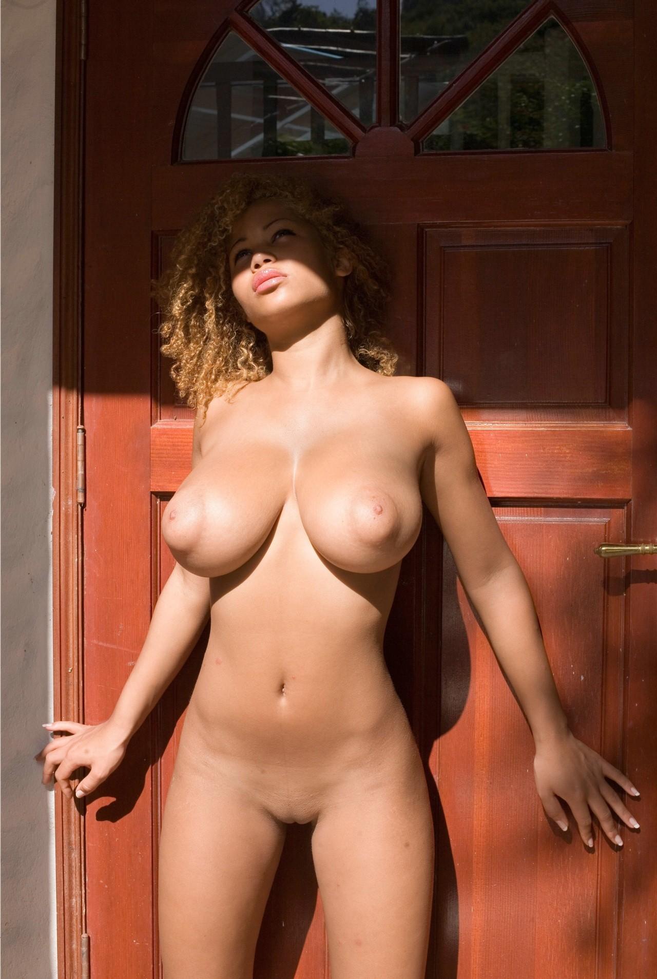Фото голых с огромными сиськами девушки 11 фотография