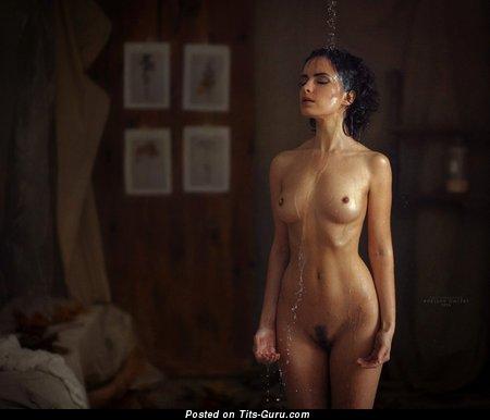 Изображение. Изображение красивой раздетой леди с мокрыми среднего размера сисечками