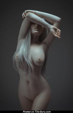 Блондинка с невероятными голыми натуральными средними сисями (hd секс фотография)