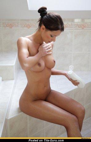 Изображение. Картинка красивой обнажённой чувихи с средними натуральными дойками