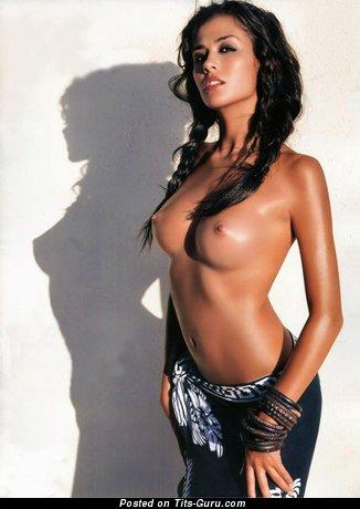Good-Looking Bimbo with Good-Looking Exposed Regular Titties (18+ Foto)