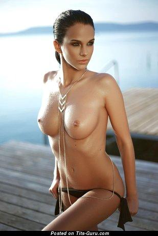 Изображение. Фотка офигенной обнажённой женщины с среднего размера дойками