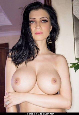 Lily Roma - фотка умопомрачительной голой брюнетки с среднего размера сисечками