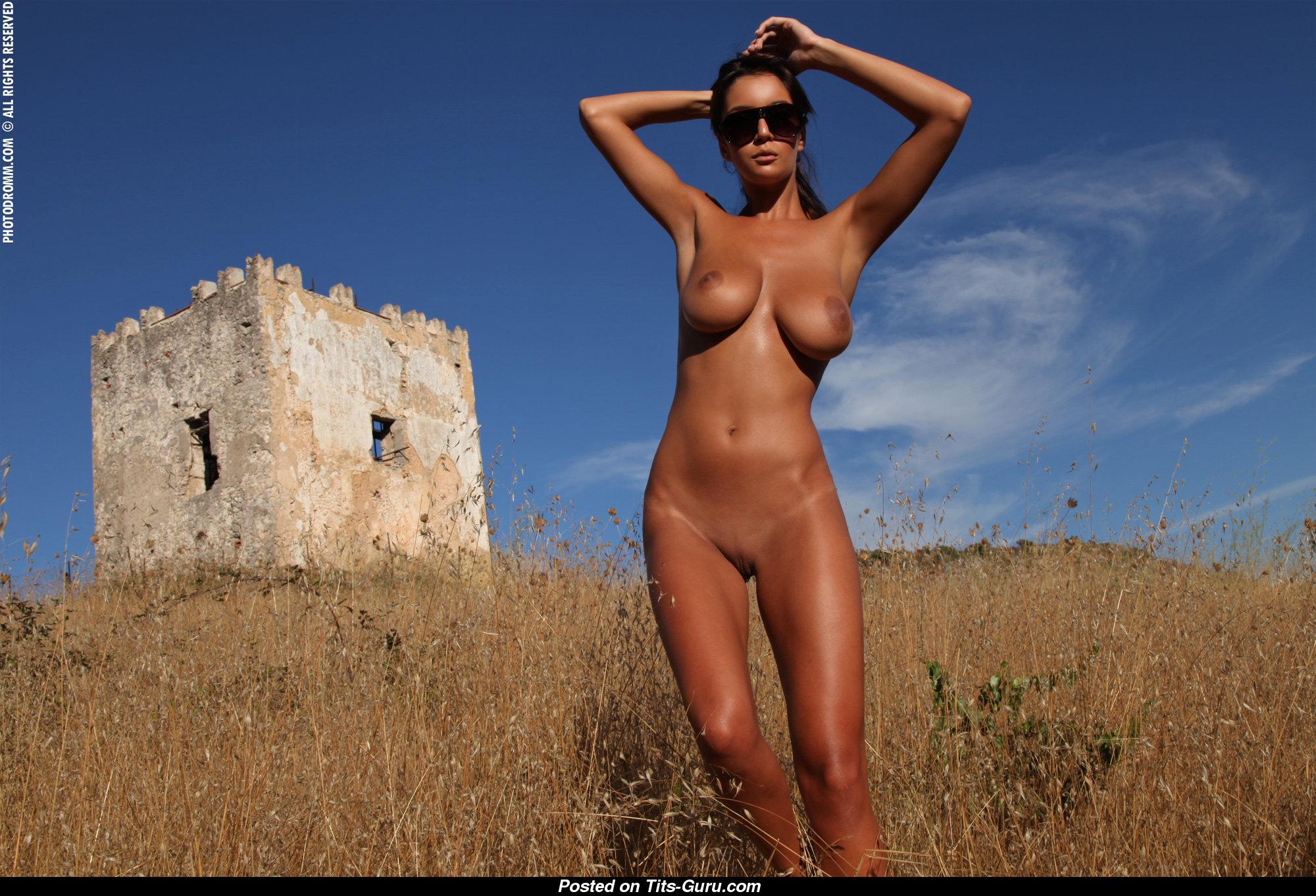 Ela Savanas - Stunning Lady with Hot Naked H Size Titty ...