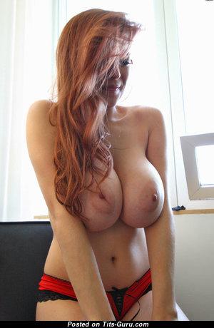 Красотка с восхитительным голым натуральным выдающимся бюстом (ххх фото)