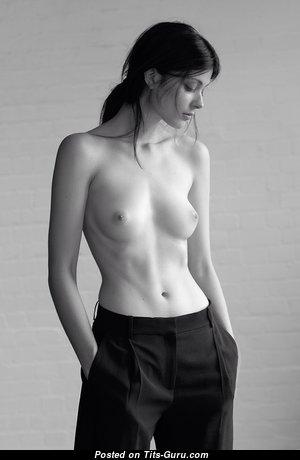 Гламурная леди с обалденными голыми натуральными небольшими грудями и огромными ореолами (любительская hd ххх фотка)