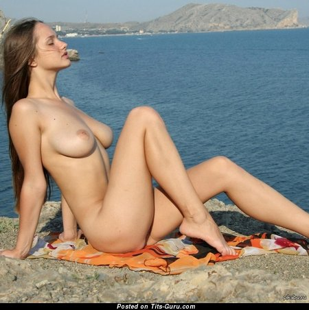 Hot Bimbo with Hot Bare Natural Tight Balloons on the Beach (Sexual Picture)