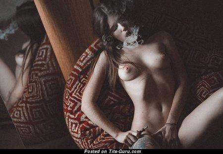 Изображение. Картинка восхитительной раздетой тёлки с среднего размера натуральной грудью