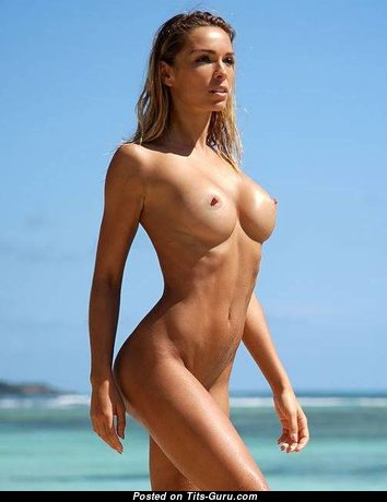 Magnificent Topless Blonde Babe on the Beach (Xxx Photo)