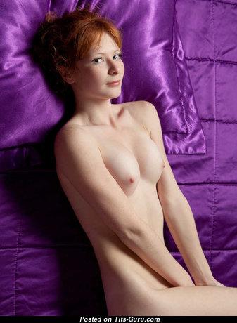 Фото офигенной обнажённой рыжей с натуральными сисечками