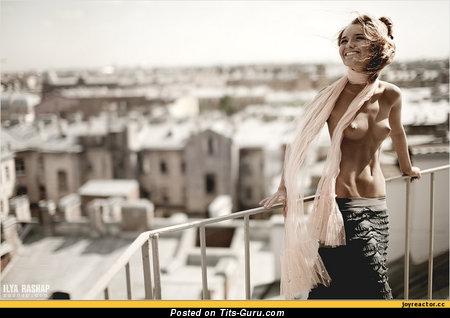 Девушка с офигенным обнажённым натуральным средним бюстом (ххх фото)