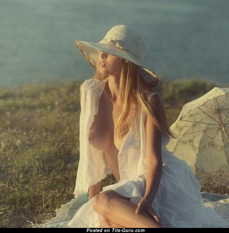 Изображение. Изображение сексуальной раздетой блондинки с большими сисечками