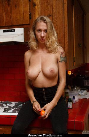 Изображение. Natasha Legeyda - фото красивой голой чувихи с большими дойками