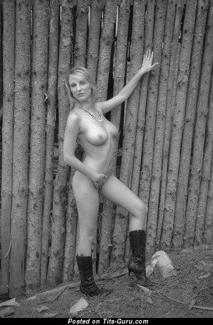 Изображение. Iva - картинка горячей голой блондинки с среднего размера натуральной грудью, большими сосками