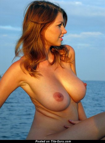 Изображение. Maria Metart - фото сексуальной раздетой модели с среднего размера натуральными дойками