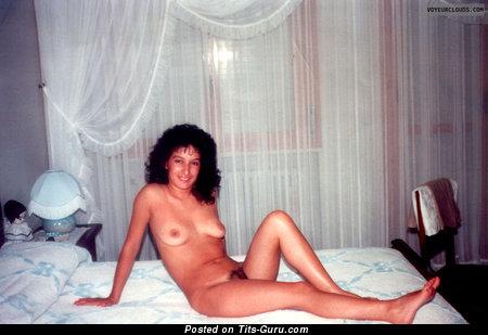 Adriana - изображение невероятной брюнетки топлесс с натуральными сиськами